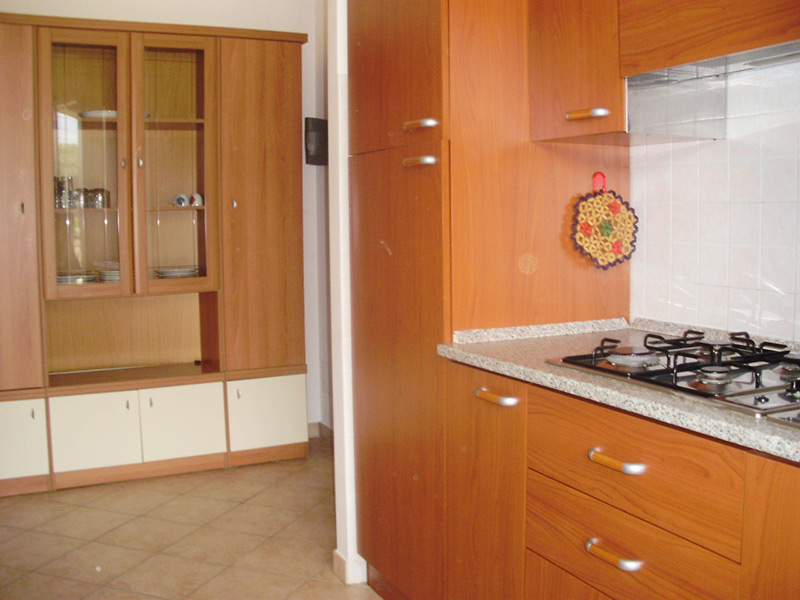 Soggiorno con angolo cottura cheap cucina a vista arredata con semplici mobili bianchi with - Soggiorno angolo cottura soluzioni ...