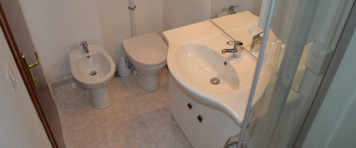 appartamenti-vacanze-roseto-degli-abruzzi-rotonda-1-bagno3